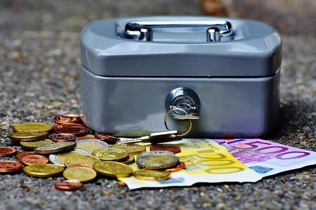 kufřík, bankovk, mince
