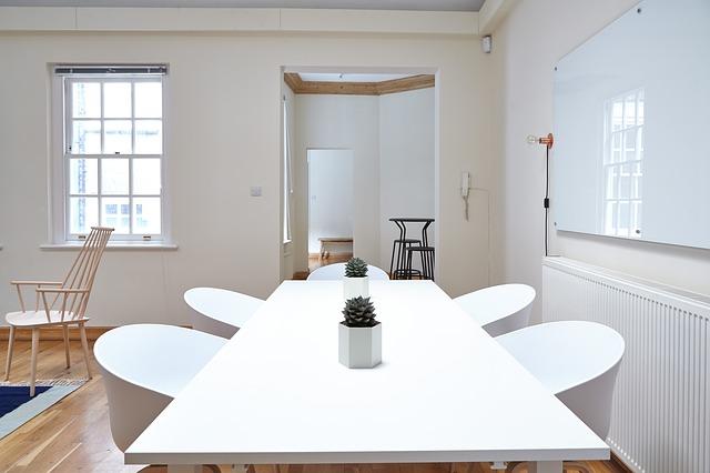 místnst, bílý stůl, bílé židle