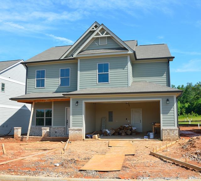 dům, dodělávání pozemku, otevřená garáž