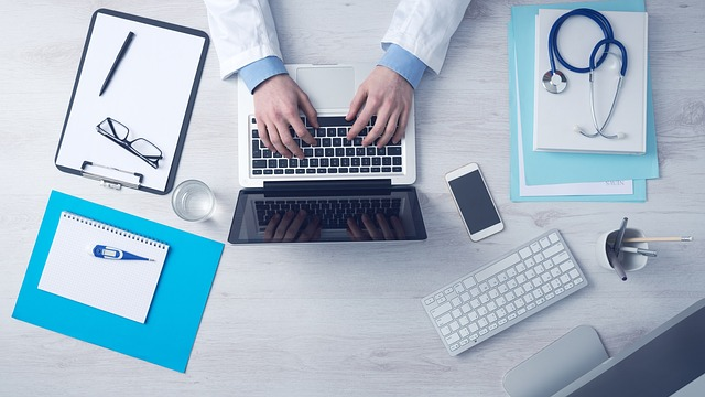 lékař u počítače