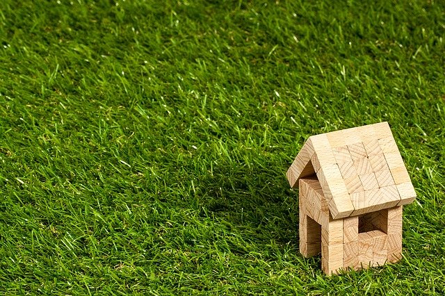 domeček v trávě