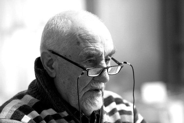 brýlatý senior.jpg