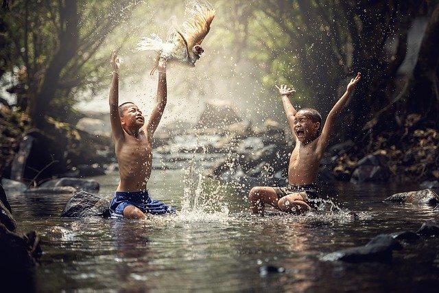 děti v řece