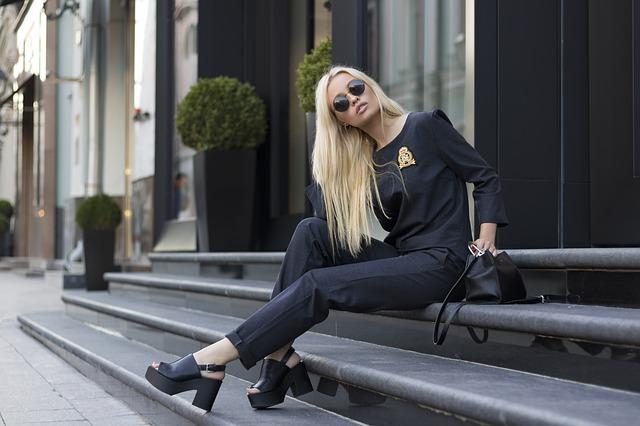 blondýna v černém