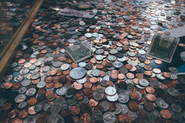 rozsypané peníze