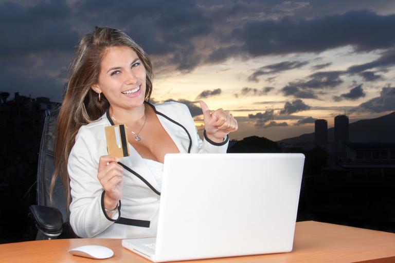 žena, která zaplatila přes internet a má radost