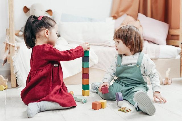 dětská postýlka s dětmi
